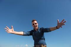 Den utomhus- tillfälliga mannen önskar att krama dig Arkivfoton