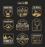 Den utomhus- uppsättningen av att campa och affärsföretagkugghjul förser med märke logo vektor illustrationer