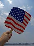 Den utskrivavna flaggan av Förenta staterna rymde i himlen av Washington D C , 2008 Arkivbilder