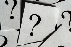 Den utskrivavna frågan markerar ett papper royaltyfria bilder