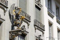 Den utsmyckade drakestatyn i Bern Arkivbild