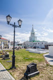 Den utsmyckade lyktstolpen, fördärvar och det Spasskaya tornet av den Kazan Kreml Arkivbild
