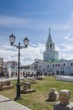 Den utsmyckade lyktstolpen, fördärvar och det Spasskaya tornet av den Kazan Kreml Royaltyfria Foton