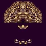 Den utsmyckade mallen för designinbjudningar eller sparar datumkortet Guld- blommamandala på purpurfärgad bakgrund Royaltyfri Fotografi