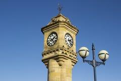 Den utsmyckade McKee klockan som byggs av sandsten och ner lokaliseras i de sjunkna trädgårdarna i det nordliga Bangor länet - Ir royaltyfria bilder