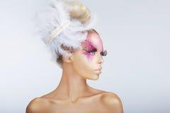Den utsmyckade modemodellen med infall Hår-gör med fjädrar Royaltyfria Bilder