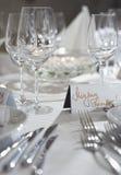 Den utsmyckade tabellen ställde in för en bröllopdeltagarehändelse Royaltyfria Foton