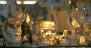 Den utsmyckade Venetian karnevalet maskerar utsatt shoppar på lager videofilmer