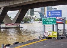 Den uttryckliga fartygSathorn Taksin pir är tillträdesrampen på den östliga sidan av den Chao Phraya floden arkivbild
