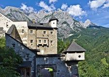 Den utvändiga sikten av slotten Hohenwerfen, Österrike med väggen, torn, porthus och maxima av Tennenen spänner i de österrikiska royaltyfri foto