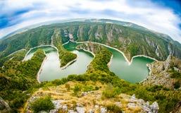 Den Uvac floden slingrar nära Sjenica Royaltyfri Foto