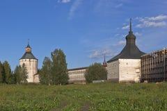 Den väggKirillo-Belozersky kloster står högt Ferapontovskii (Moskovskaya) och Kosaya (Karaulnaya) Arkivbild