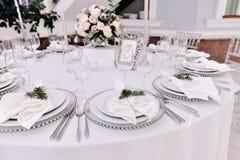 Den väl dekorerade gästen numrerade tabellen i tenderless bröllopkorridor Royaltyfri Foto