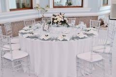 Den väl dekorerade gästen numrerade tabellen i tenderless bröllopkorridor Arkivfoto