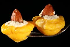 Den välfyllda ost och mandeln behandla som ett barn pumpor Arkivfoto