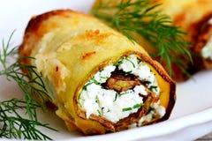 Den välfyllda zucchinin rullar recept Den stekte zucchinin rullar med ostmassaost och dill på en platta Smakligt grönsakaptitreta Arkivbild