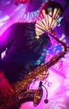 Den välkända pop- och jazzmusikern Alexander Mazurov spelar en saxofon solo Arkivfoton