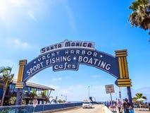 Den välkomnande bågen av Santa Monica Pier Royaltyfria Bilder