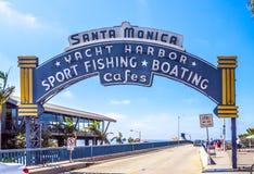 Den välkomnande bågen av Santa Monica Pier Arkivfoto