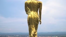Den välsigna buddha statyn med zoomrörelse på Wat Phra That Khao Noia stock video