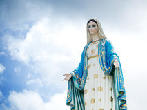 Den välsignade bakgrunden oskuldMary Statue för blå himmel Arkivbild