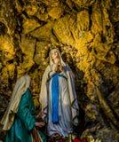 den välsignade jungfruliga Maryen i grottan på Lourdes Fotografering för Bildbyråer