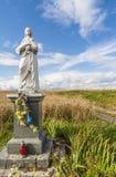 Den välsignade jungfruliga statyetten i fältet, Polen Arkivbilder