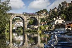 Den välvda bron reflekterade i floden på Knaresborough, North Yorkshire Arkivbilder