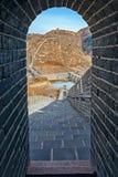 Den välvda dörröppningen av klockan står högt på den stora Kina väggen Royaltyfri Foto