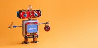Den vänliga roboten leker med den nyckel- hänglåset på orange bakgrund Cyborgsmileyframsidan, röda huvudblått övervakar kroppen d Royaltyfria Bilder