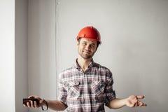 Den vänliga teknikern välkomnar arbetsledaren royaltyfria foton