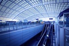 Den väntande korridoren av den internationella flygplatsen för Peking. Royaltyfria Bilder