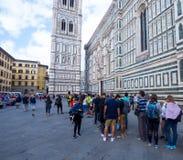 Den väntande linjen till Florence Cathedral och Giotto står högt - FLORENCE/ITALIEN - SEPTEMBER 12, 2017 Arkivbild