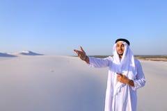 Den värdiga arabiska mannen ser hårt in i avstånd och grubblar och att stå Royaltyfri Fotografi