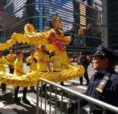 Den världsFalun Dafa dagen ståtar, den Falun gongen, NYC, USA Royaltyfria Foton