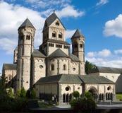 Den västra fasaden av den Maria Laach abbotskloster i Tyskland Royaltyfri Foto