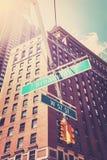 Den västra gatan för gata 57 och Broadway undertecknar in Manhattan Fotografering för Bildbyråer