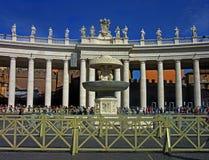 Den västra portalen av St Peters Square royaltyfri foto
