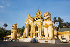 Den västra porten av den Shwedagon pagoden Arkivbilder