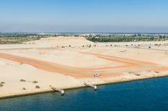 Den västra sidan av den Suez kanalen Beskåda från bevattna Suez kanal, Egypten arkivfoto