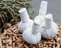 Den växt- kompressen klumpa ihop sig för behandlingen med gurkmeja Royaltyfri Foto