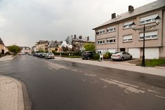 Den våta gatan av staden kallade lite Howald, Luxembourg Arkivbild