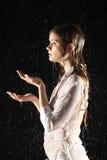Den våta sexiga flickan poserar, fångar vatten Fotografering för Bildbyråer