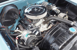 Den V8 motorn i en amerikan 1958 gjorde bilen Arkivbilder