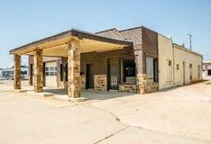 Den vakanta den Route 66 stationen och reparationen shoppar Royaltyfri Foto