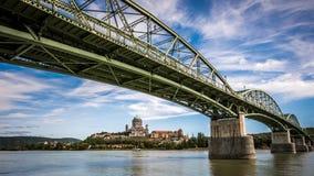 Den Valéria för MÃ-¡ riaen bron sammanfogar Esztergom i Ungern- och Å-túrovo i Slovakien Arkivbild