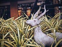 Den van vid hjortstatyn dekorerar den främre trädgården royaltyfri foto