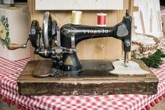 Den van vid manuella symaskinen broderar träformer Arkivfoton