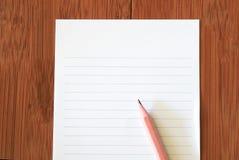 Den van vid papper och blyertspennan meddelar Arkivfoto