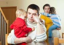 Den vanliga unga ledsna familjen av fyra efter grälar royaltyfria foton